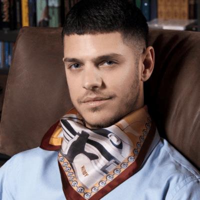 Le foulard, un accessoire du vêtement d'image chic et remarqué